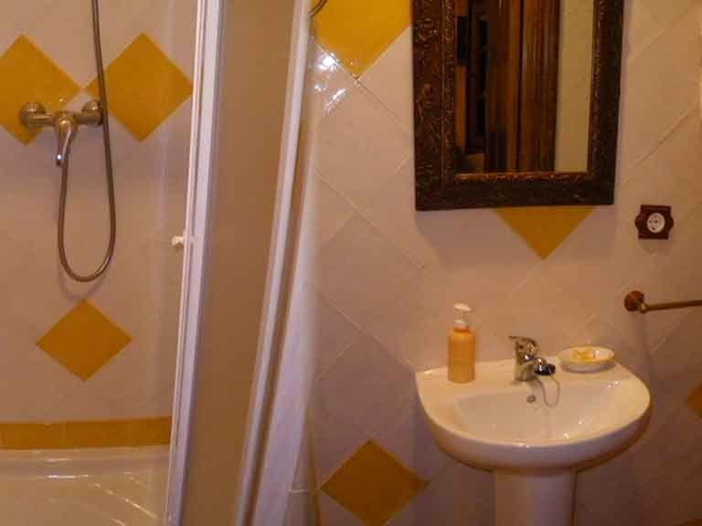 Baño completo planta baja en casa del abuelo Roman