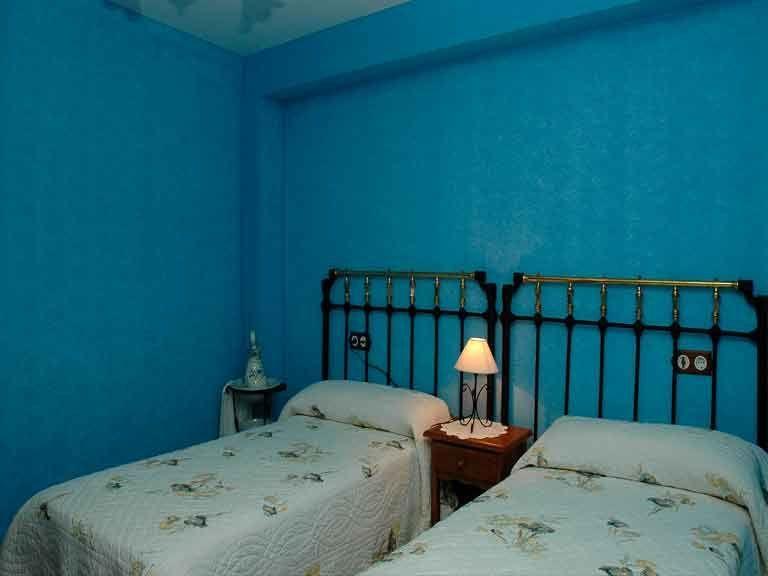 Habitacion doble azul en casa del abuelo roman